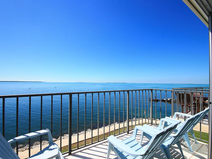 702-futura-yacht-club-bayfront-balcony-view